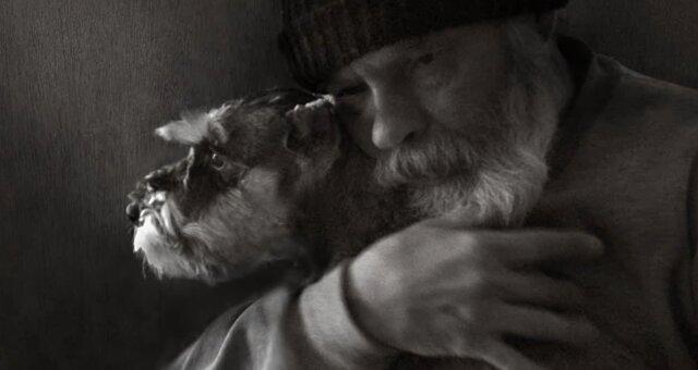 Mann und sein Hund. Quelle: Screenshot Youtube