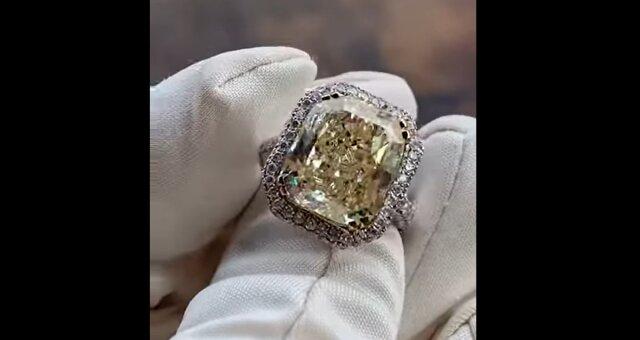 Ring mit einem riesigen Diamanten. Quelle: Screenshot Youtube