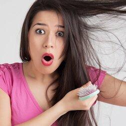 Im Herbst wird das Haar stumpf, brüchig und schwach. Quelle: Screenshot Youtube