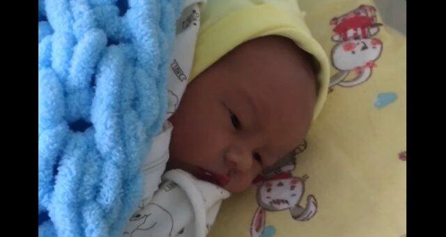 Neugeborenes Mädchen. Quelle: Screenshot Youtube