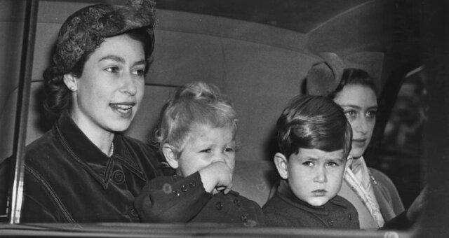 Elizabeth II. und ihre Kinder. Quelle: Screenshot Youtube