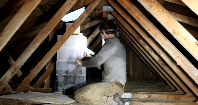 Mann bei der Reparatur. Quelle: Screenshot Youtube