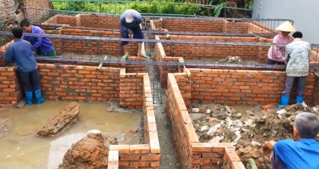 Mann riss ein Haus ab, das er mit seinen eigenen Händen gebaut hat. Quelle: Screenshot Youtube