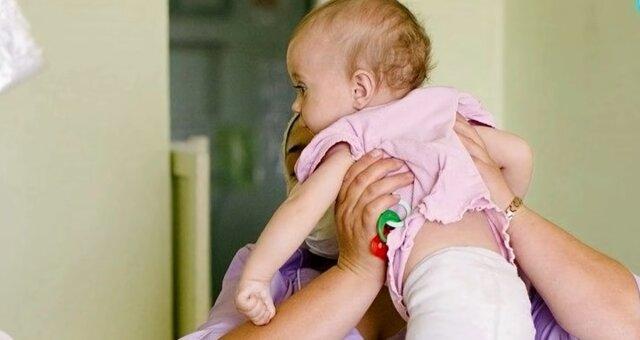 Krankenschwester mit dem Baby. Quelle: Screenshot Youtube