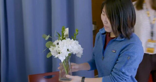 Ärztin erfreut ihre Patienten mit üppigen Blumensträußen. Quelle: Screenshot Youtube
