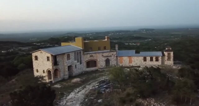Paar hat sein letztes Geld für eine zerstörte Villa ausgegeben. Quelle: Screenshot Youtube