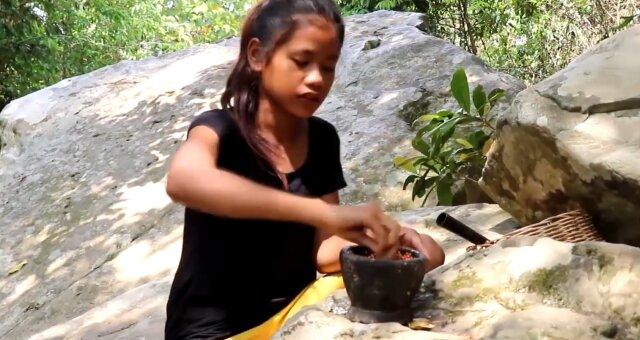 Mädchen beschloss, im Grünen zu Mittag zu essen. Quelle: Screenshot Youtube