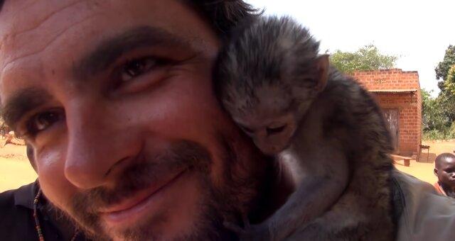 Mann rettete einen kleinen Affen. Quelle: Screenshot Youtube
