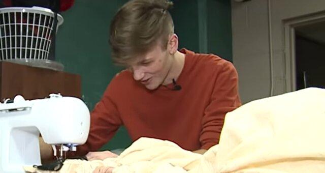 Parker näht ein Kleid für seine Freundin. Quelle: Screenshot Youtube