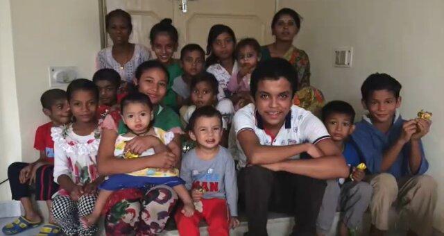 Courtney arbeitete freiwillig in einem Waisenhaus. Quelle: Screenshot Youtube