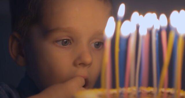 Niemand ist zum Geburtstag eines Jungen gekommen. Quelle: Screenshot Youtube