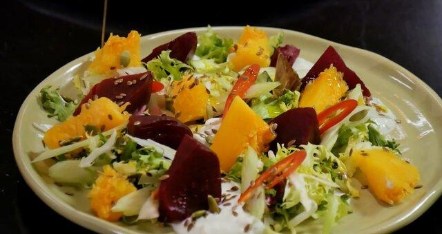 Salat mit gebackenem Kürbis. Quelle: Screenshot Youtube