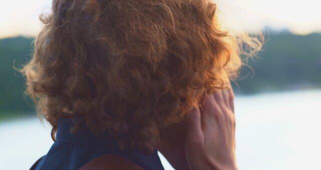 Mann hat seine Haare seit vier Jahren nicht geschnitten. Quelle: Screenshot Youtube