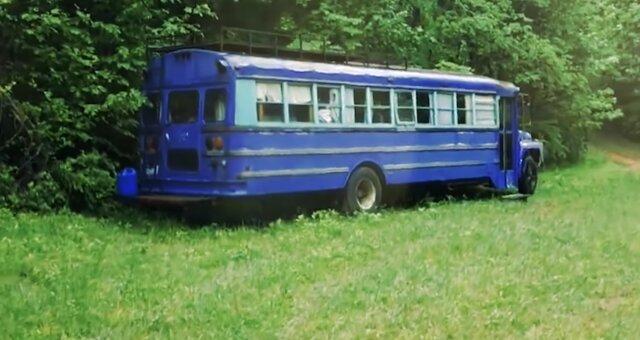 Paar lebt in einem Schulbus. Quelle: Screenshot Youtube